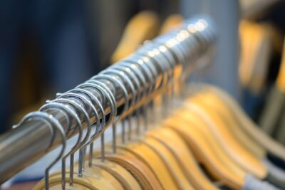Jakie ubrania warto mieć w szafie Zasady kompletowania garderoby