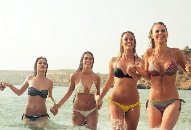 Typów kobiecej sylwetki można wyróżnić kilka, a wiedza na ten temat jest wbrew pozorom bardzo przydatna. Dzięki temu o wiele łatwiej będzie dobrać odpowiednio dopasowaną garderobę, a tym samym prezentować się ładnie i stylowo. Warto przyjrzeć się temu, jakie rodzaje figury najczęściej spotyka się wśród kobiet i czym się charakteryzują. Jakie typy figury wyróżnia się wśród kobiet? Z pewnością każda z nas zauważyła, że jedno ubranie nie zawsze będzie leżeć tak samo na każdej kobiecie. Dzieje się tak, ponieważ można wyróżnić kilka rodzajów sylwetek, które charakteryzują się nieco inną budową, przez co garderoba może układać się nieco inaczej. Znając swoją figurę, o wiele łatwiej można dopasować odpowiednie ubrania, a tym samym podkreślić swoje walory i ukryć niedoskonałości, przez wykorzystanie odpowiednich trików. Klasyfikacji odnoszących się do kobiecej sylwetki można znaleźć kilka, warto jednak przyjrzeć się podstawowemu podziałowi, który może odnieść się do większości z nas. Typy figur i jak dopasować ubrania do sylwetki wskazuje e-szafa.pl i warto je poznać, by wiedzieć, na co zwracać uwagę, wybierając ubrania. Wystarczy przejrzeć się w lustrze i dokonać prostych pomiarów na linii ramion, talii i bioder. Najczęściej spotykanymi rodzajami figur są: jabłko, gruszka, klepsydra, trójkąt i prostokąt, zwany też papryką. Czym się wyróżniają? Figura jabłka W przypadku figury jabłka, cechami charakterystycznymi dla tej sylwetki są średniej wielkości piersi, masywny brzuch, większy od obwodu biustu, brak talii, płaska pupa, szersze biodra i szczupłe długie nogi. Najważniejszą zasadą przy doborze ubrań, powinno być zamaskowanie brzucha oraz podkreślenie górnych i dolnych partii ciała. Większe dekolty, sukienki kopertowe czy wzory w pionowe linie mogą pomóc optycznie wysmuklić sylwetkę. Należy unikać ubrań zarówno tych bardzo obcisłych, jak i dużych i bezkształtnych. Figura gruszki Kobiety o figurze gruszki wyróżniają się wąskimi ramionami, średniej wielkości piersiami, wyraź