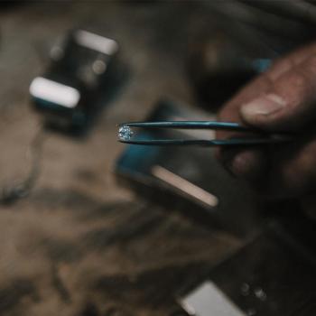 Obrączki nietypowe, naszyjniki i pierścionki - co kupić na prezent